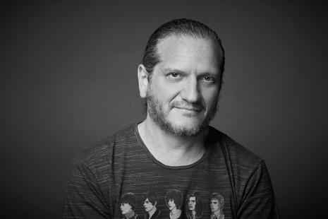 """Darío Sztanjnszrajber (filósofo, rockero y futbolero): """"La mitad de nuestra vida sobra"""""""