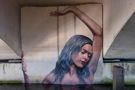 Hula, el artista hawaiano que pinta subido a una tabla de surf