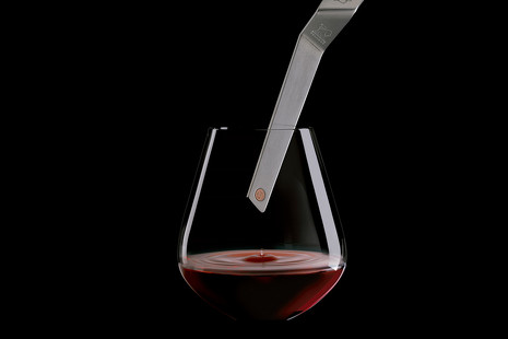 Un segundo igual a un año: la llave que envejece el vino con solo tocarlo